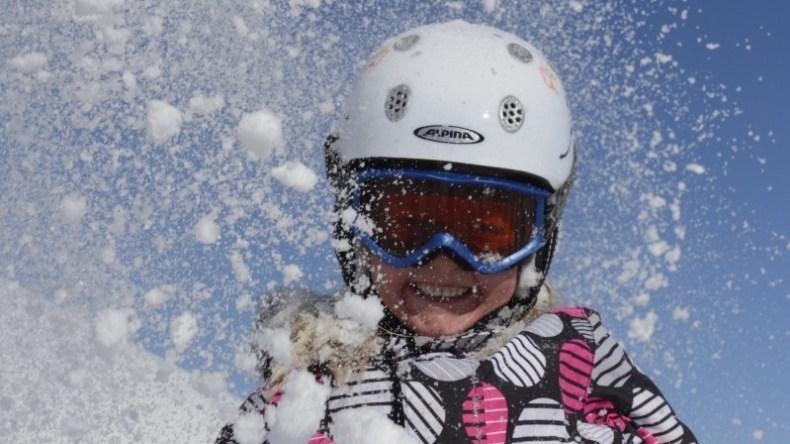 Kind im Schnee an der Lenk