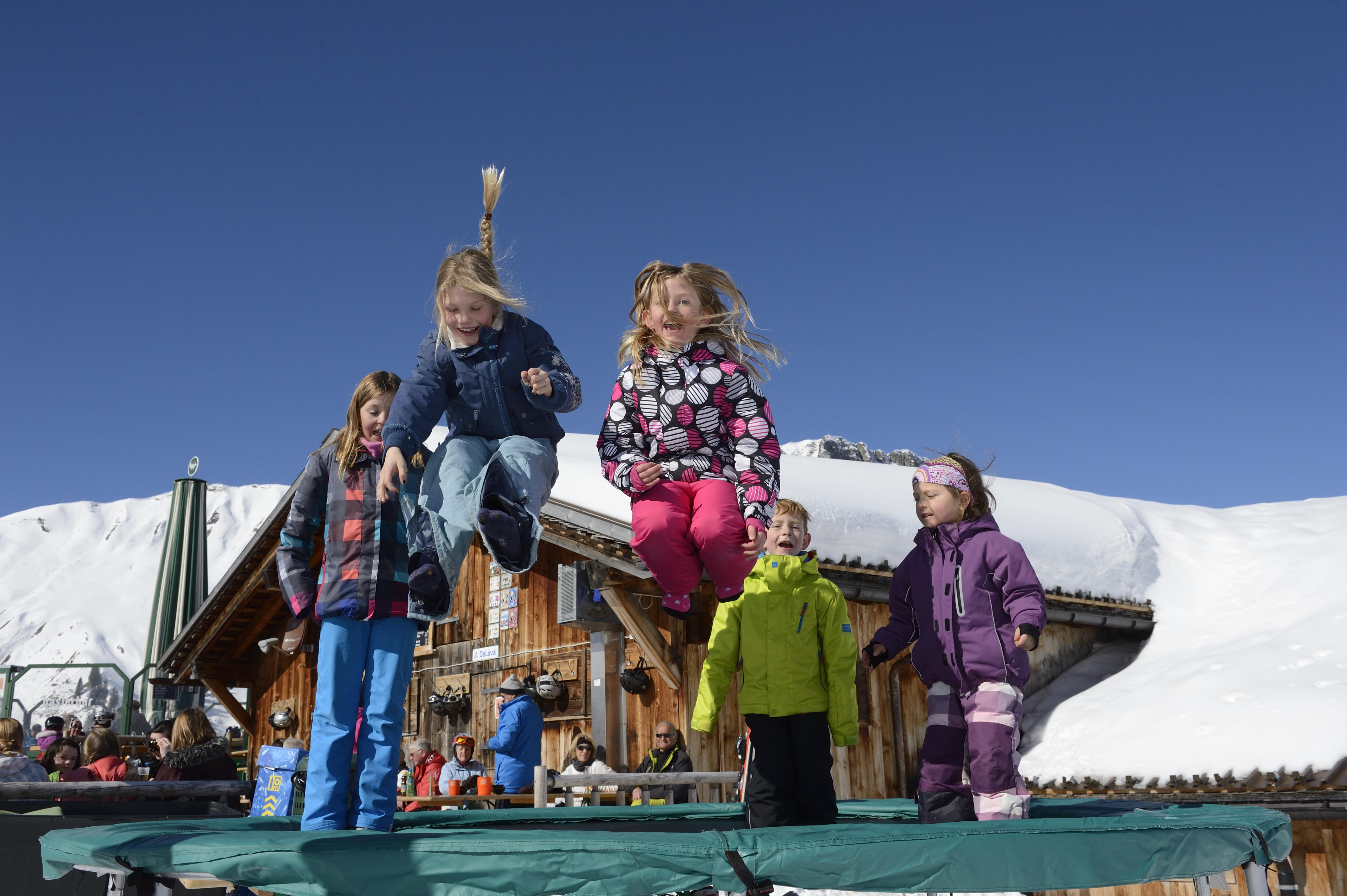 Kinder auf dem Trampolin bei der Haslerbar