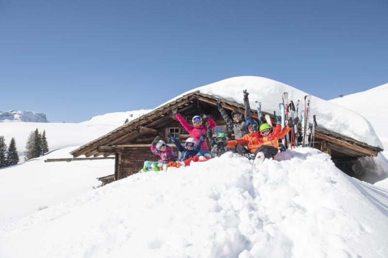Familien haben Fun im Schnee