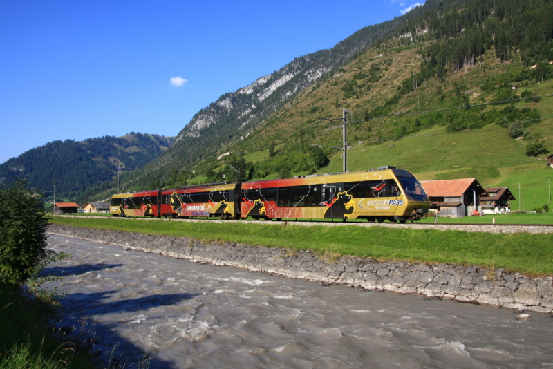 Zug MOB am Bahnhof Lenk