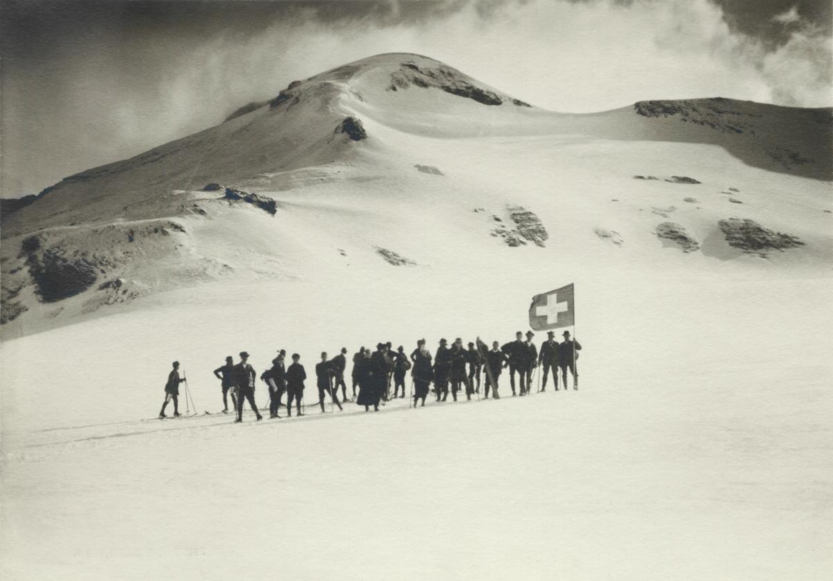 Excursion à ski avec un drapeau suisse